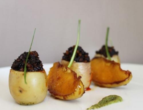 Patata rellena de morcilla de Villada y manzana aromatizado de vinagre balsámico